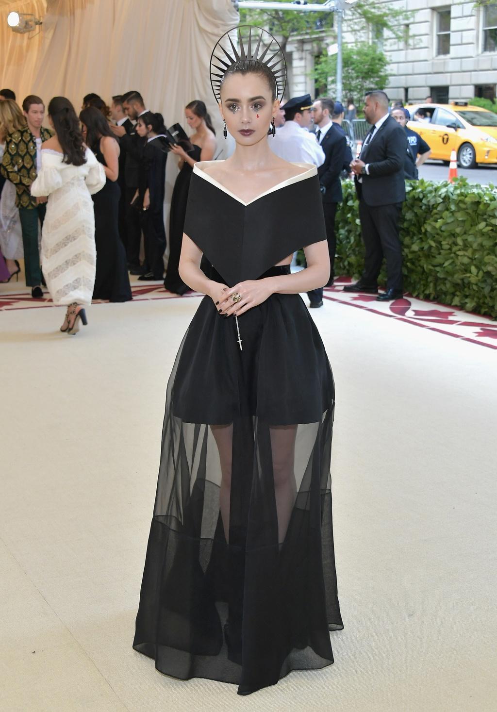 Bella Hadid,  Lily Collins dien dam den ca tinh anh 2
