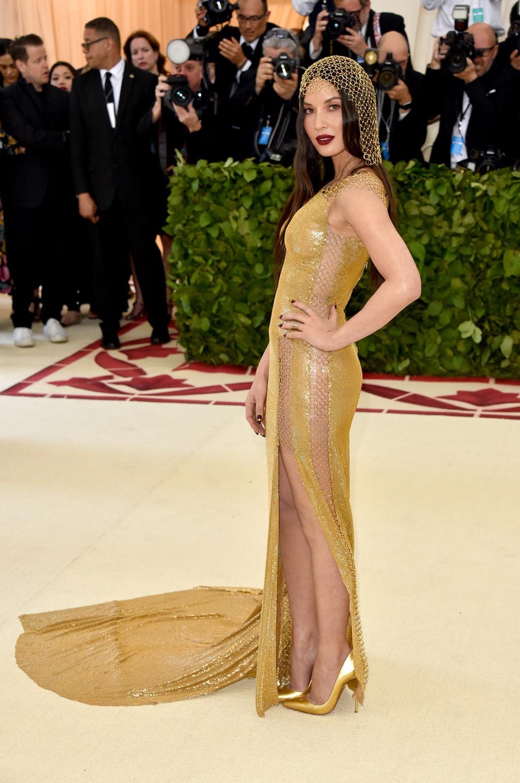 Bella Hadid,  Lily Collins dien dam den ca tinh anh 15