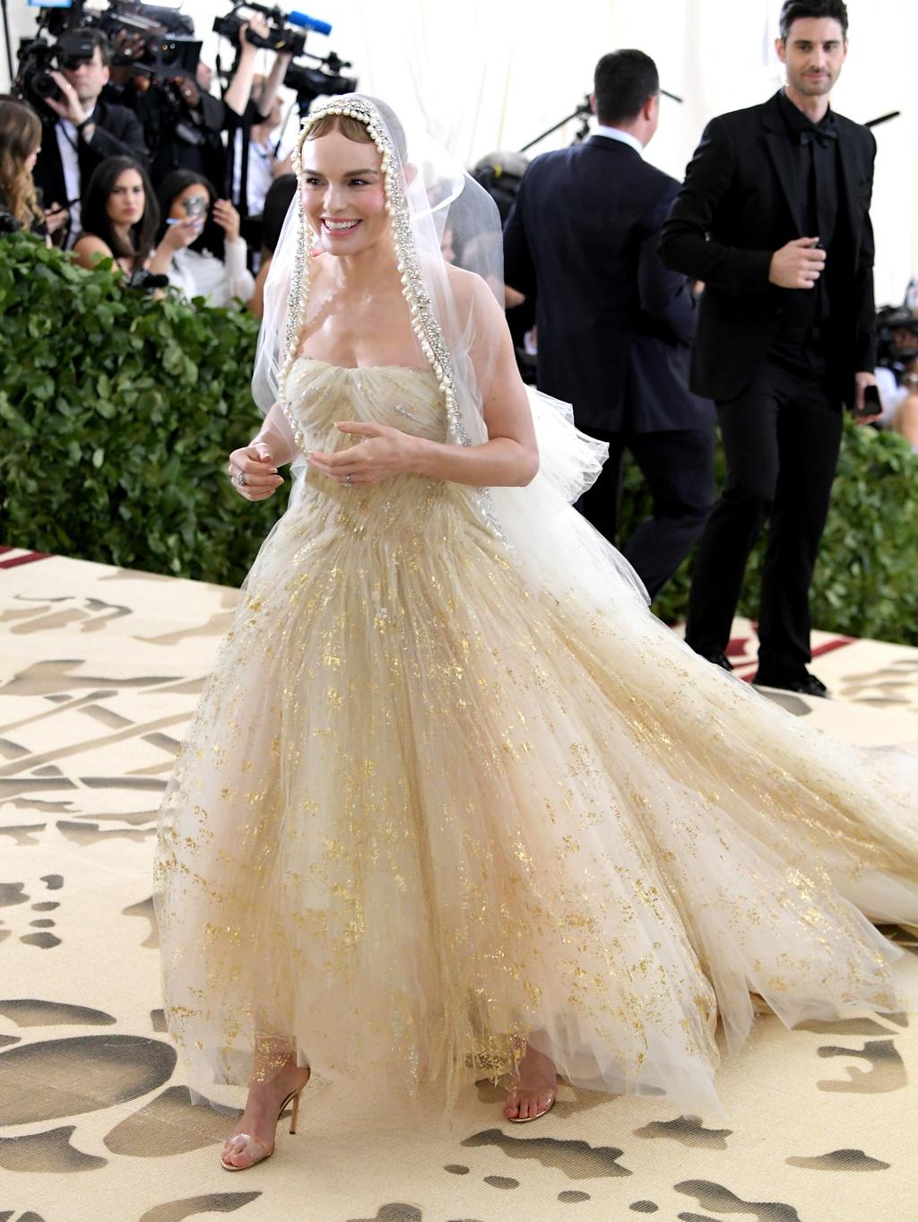 Bella Hadid,  Lily Collins dien dam den ca tinh anh 8