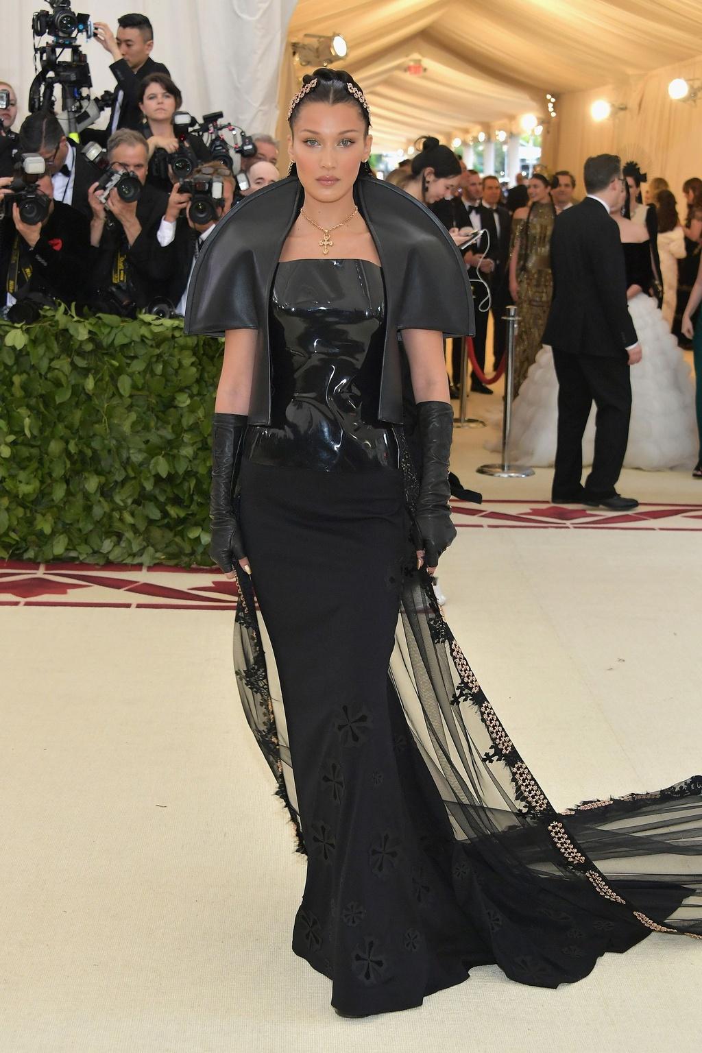 Bella Hadid,  Lily Collins dien dam den ca tinh anh 3