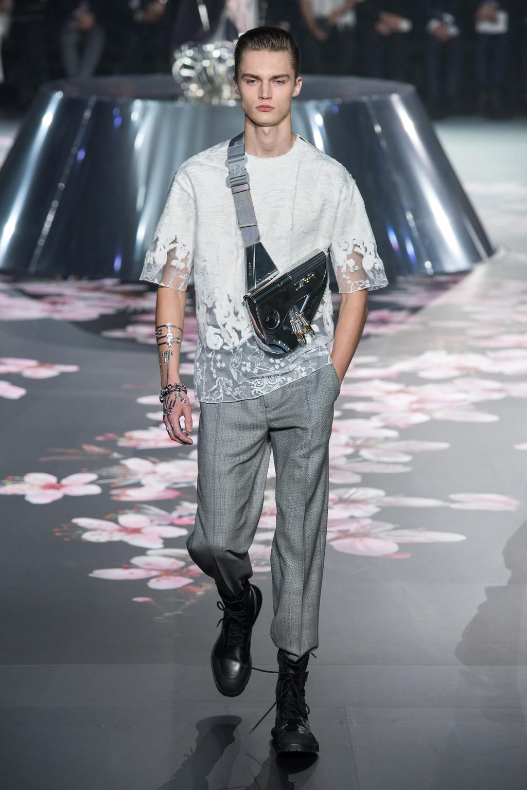 Show dien Dior gay sot voi phu kien giong bao dung sung hinh anh 5