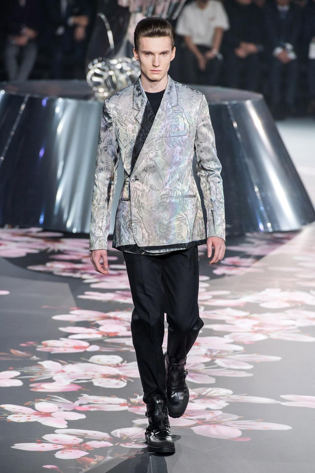 Show dien Dior gay sot voi phu kien giong bao dung sung hinh anh 9