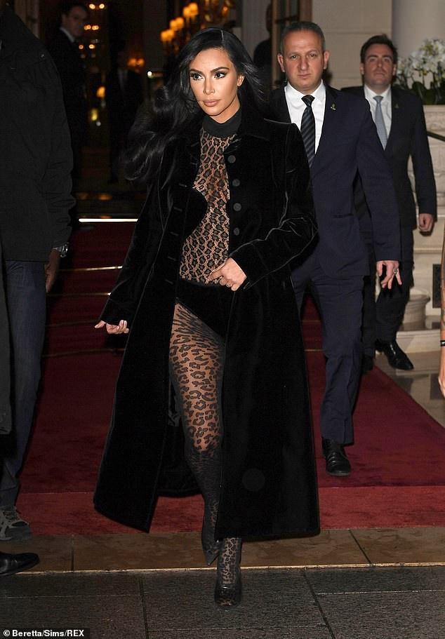 Kylie Jenner ra dang doanh nhan trong bo suit tri gia 153 trieu dong hinh anh 11