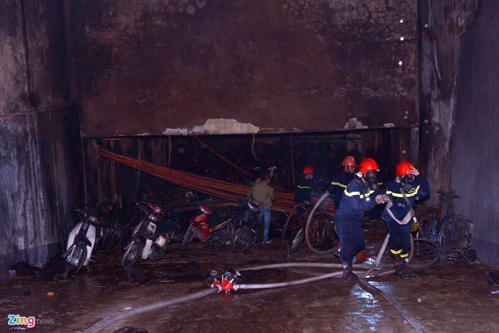 Do đám cháy tỏa ra nhiều khói, nên ngoài xe chữa cháy, xe thang, cảnh sát PCCC đã điều xe cứu nạn cứu hộ, quạt hút khói tới hiện trường để hút khói đậm đặc tỏa ra từ tầng hầm chung cư, hạn chế khí độc bốc mạnh lên các tầng trên.