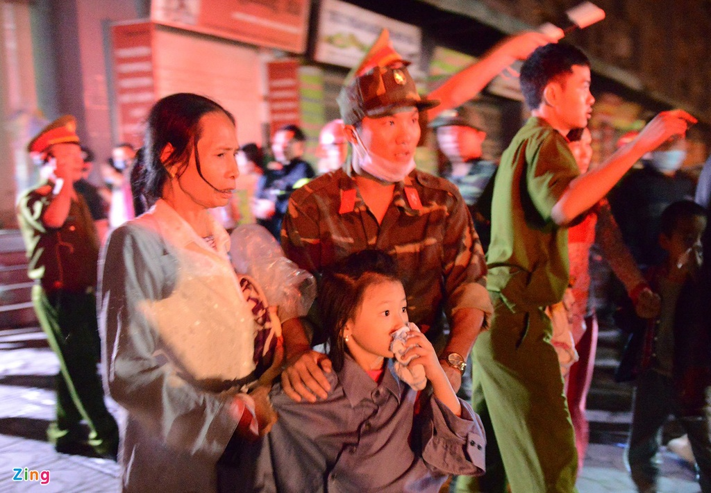 Lực lượng cứu hộ phát loa kêu gọi người dân chạy ngược lên trên các tầng cao của toà nhà để tránh khói đang bốc lên.