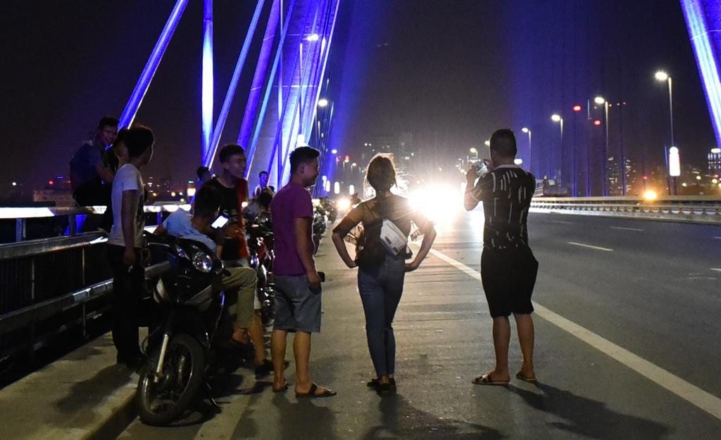 Ho Tay, pho di bo, cau Nhat Tan chat kin nguoi di hong mat hinh anh 3