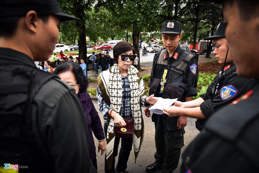 Cuu trung tuong Phan Van Vinh cui mat vao phong xu an hinh anh 5