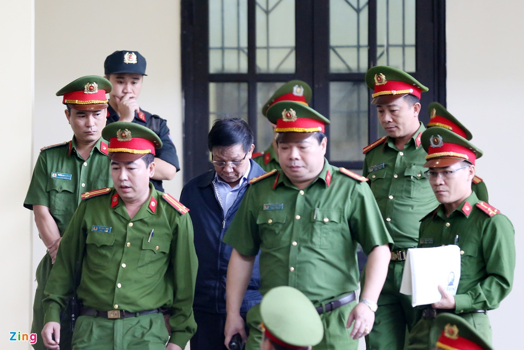 Cuu trung tuong Phan Van Vinh cui mat vao phong xu an hinh anh 8