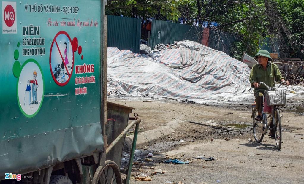Núi rác ùn ứ bốc mùi nồng nặc trên đường phố Hà Nội