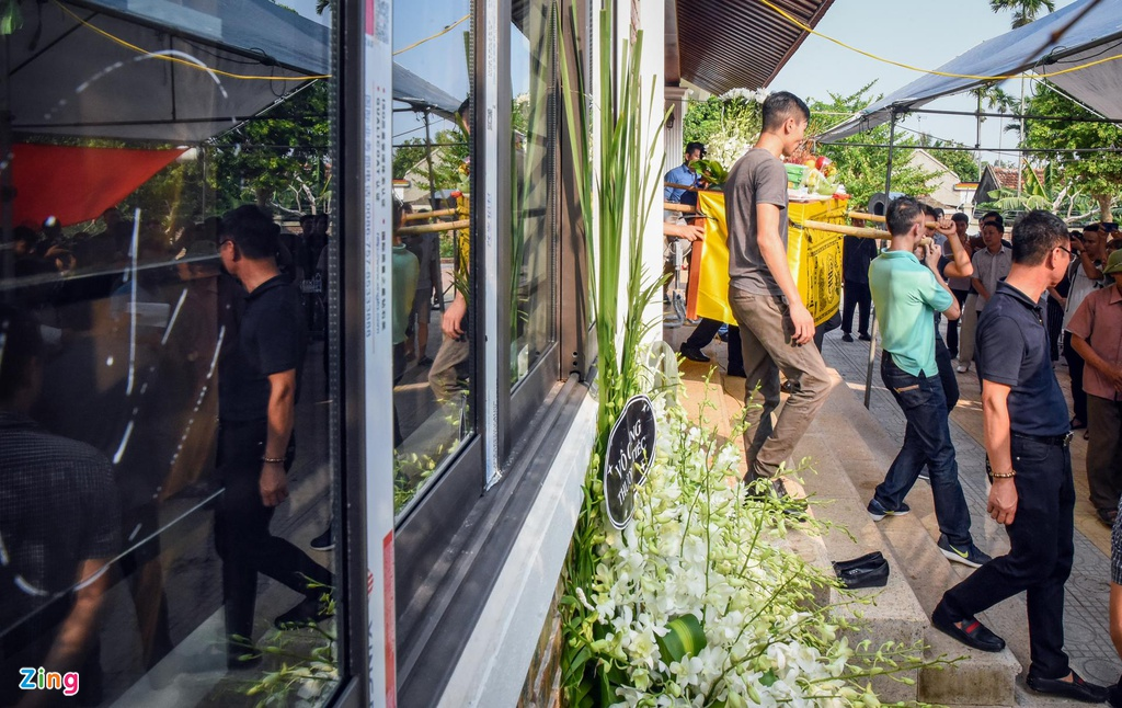 Dam tang day hoa trang cua be trai lop 1 truong Gateway hinh anh 2