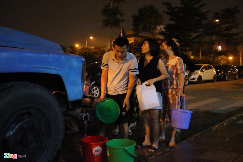 Cư dân các khu đô thị xếp hàng lấy nước sạch lúc nửa đêm