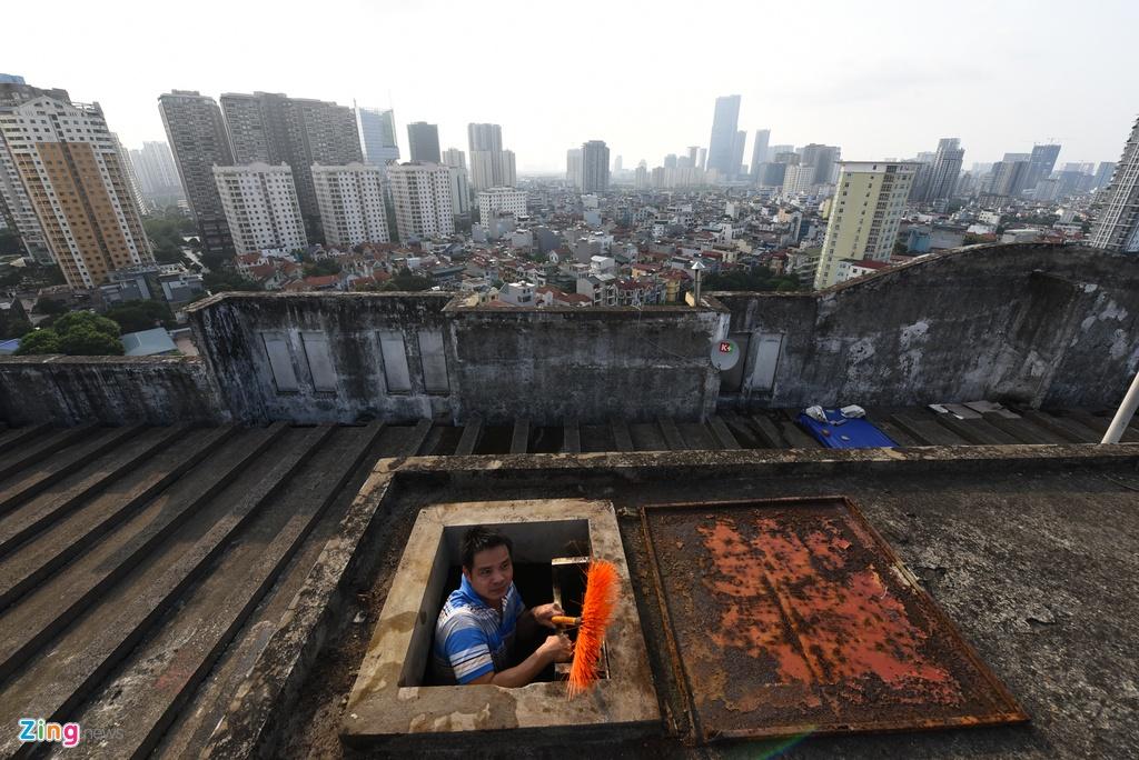 Thay rửa bể chung cư Hà Nội phát hiện nước màu đen kịt, bốc mùi khét nồng nặc