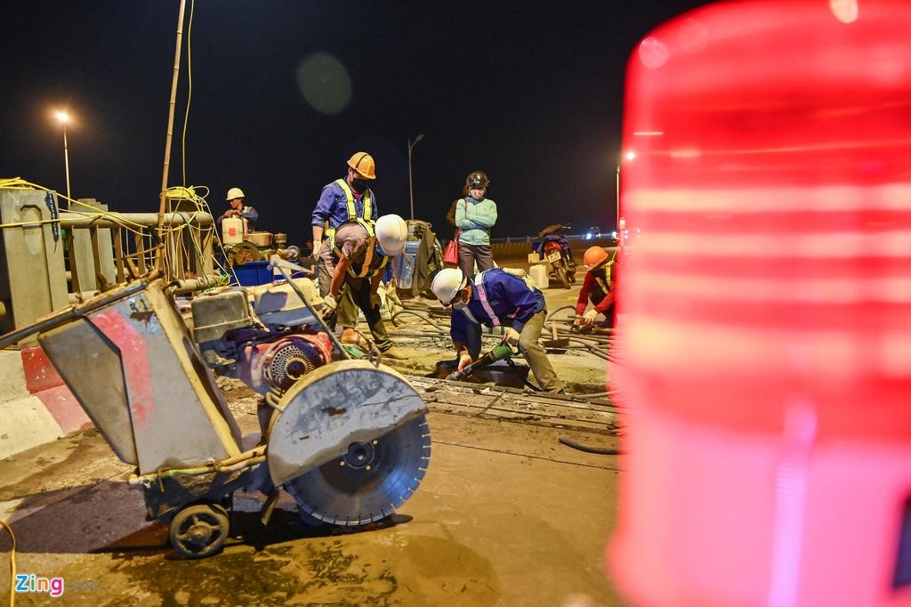 Xuyên đêm đào đường sửa khe giãn trên cầu Vĩnh Tuy