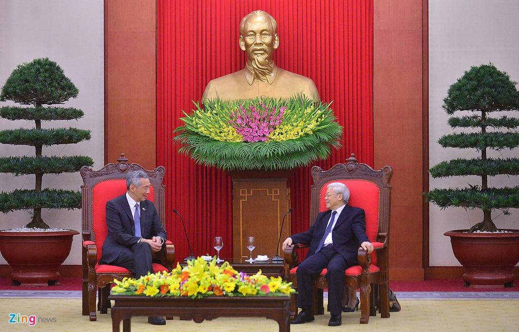 Thu tuong Nguyen Xuan Phuc tang tranh gao cho thu tuong Singapore hinh anh 2