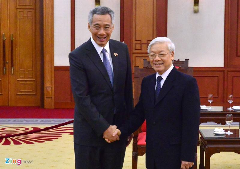 Thu tuong Nguyen Xuan Phuc tang tranh gao cho thu tuong Singapore hinh anh 1