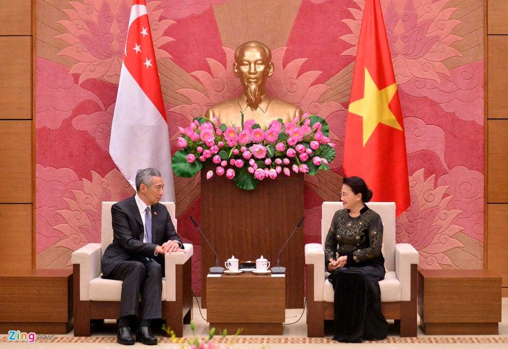 Thu tuong Nguyen Xuan Phuc tang tranh gao cho thu tuong Singapore hinh anh 3