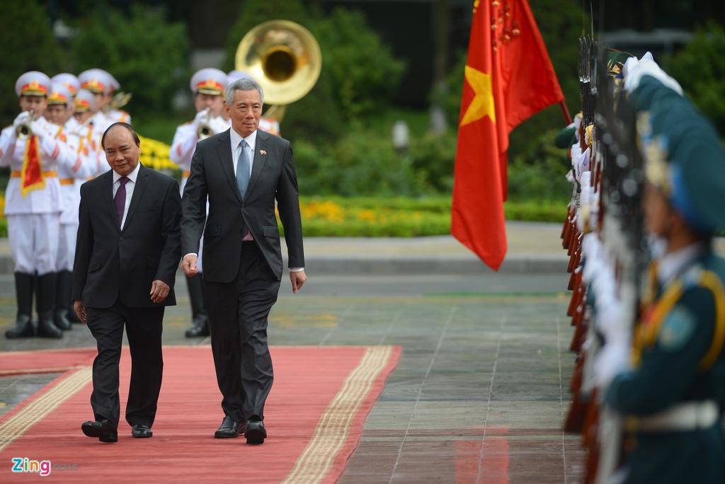 Thu tuong Nguyen Xuan Phuc tang tranh gao cho thu tuong Singapore hinh anh 6