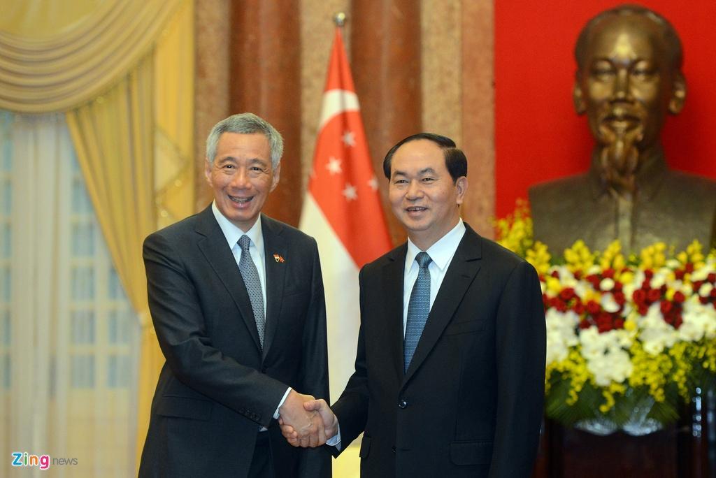 Thu tuong Nguyen Xuan Phuc tang tranh gao cho thu tuong Singapore hinh anh 5
