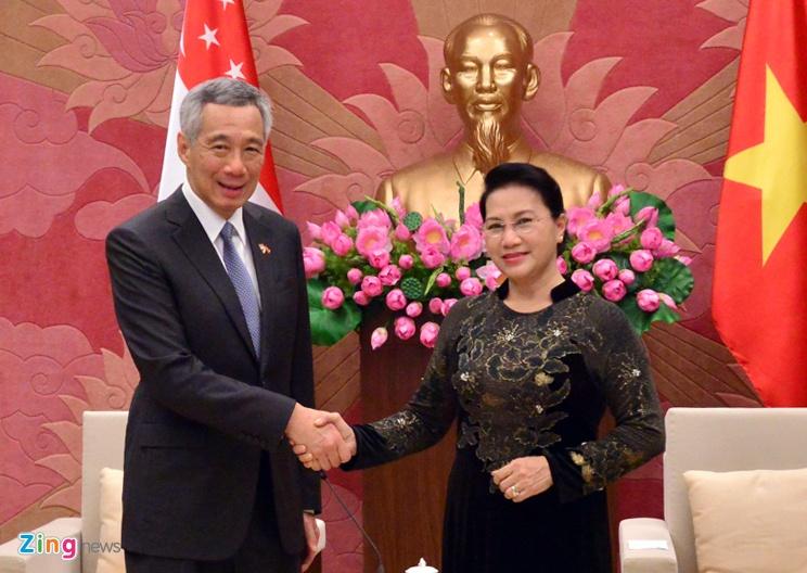 Thu tuong Nguyen Xuan Phuc tang tranh gao cho thu tuong Singapore hinh anh 4