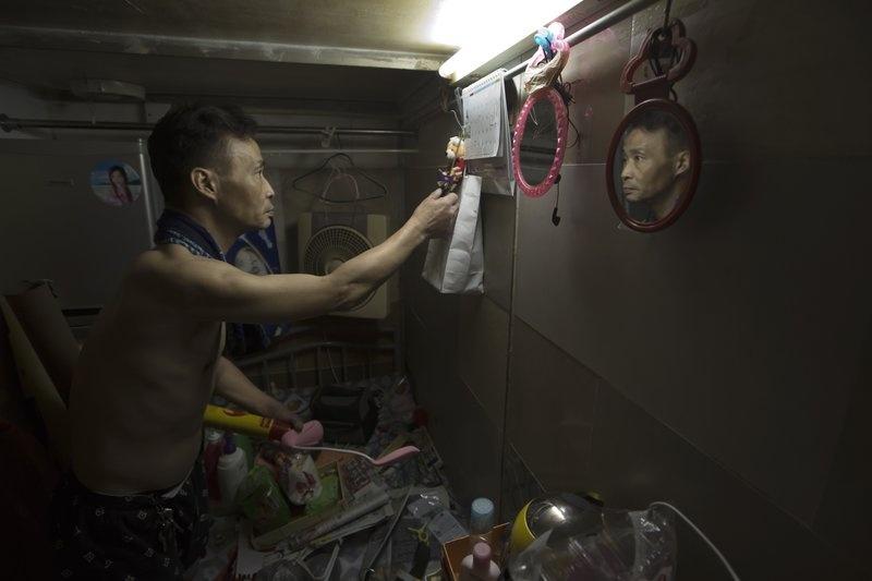 Nguoi ngheo o Hong Kong chat vat trong 'nha quan tai' hinh anh 5