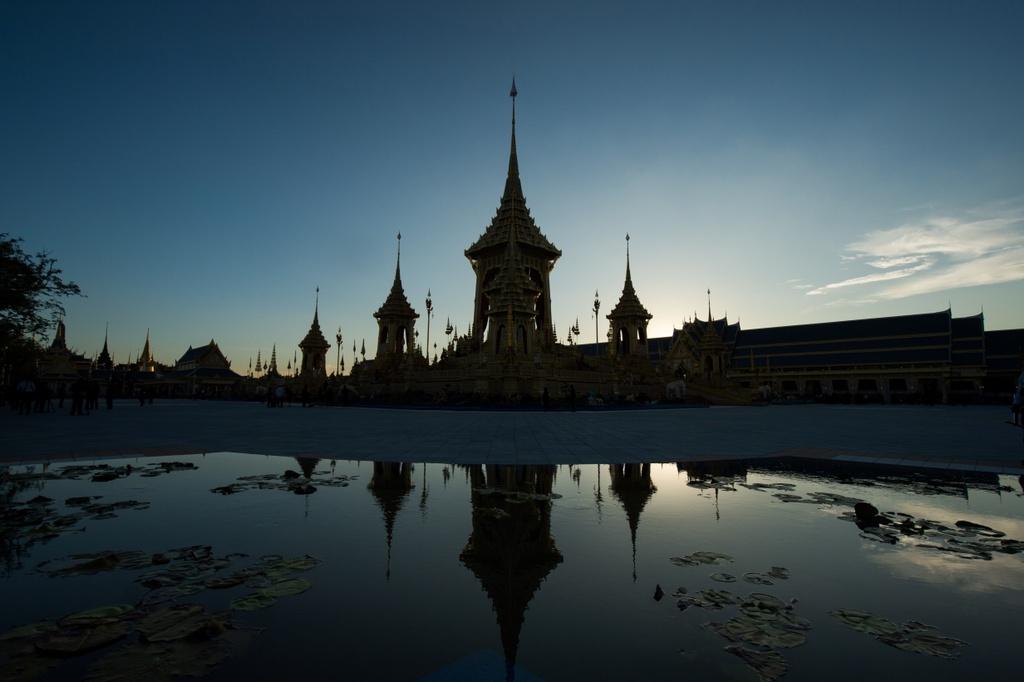 Nguoi Thai doi mua xem tap duot le hoa tang Vua Bhumibol hinh anh 2