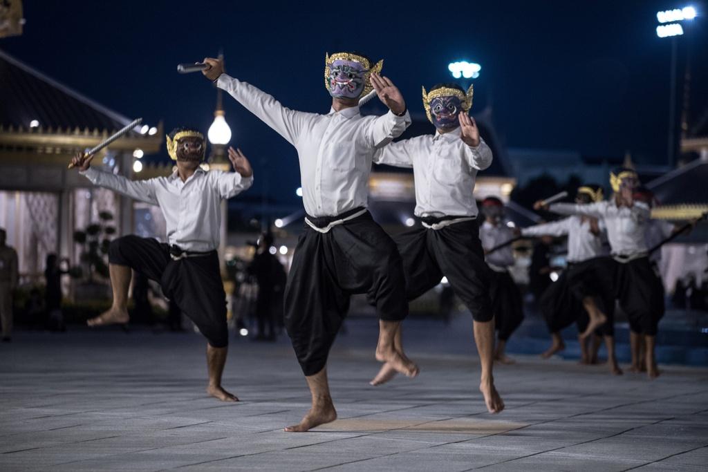 Nguoi Thai doi mua xem tap duot le hoa tang Vua Bhumibol hinh anh 5