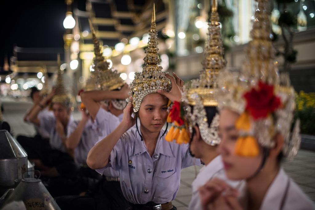 Nguoi Thai doi mua xem tap duot le hoa tang Vua Bhumibol hinh anh 4