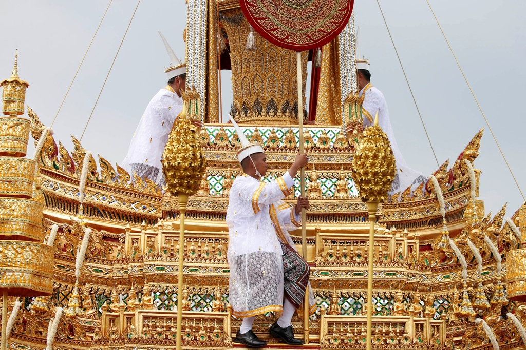 Linh cuu Vua Bhumibol duoc dua den dai hoa tang dat vang hinh anh 1