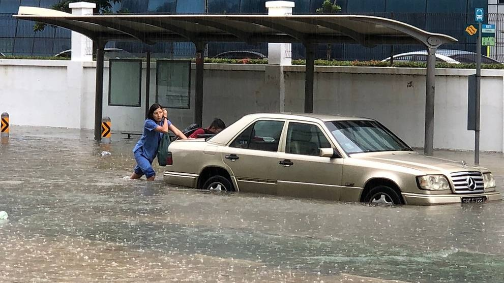 Duong pho Singapore bien thanh 'song' sau con mua lon hinh anh 4