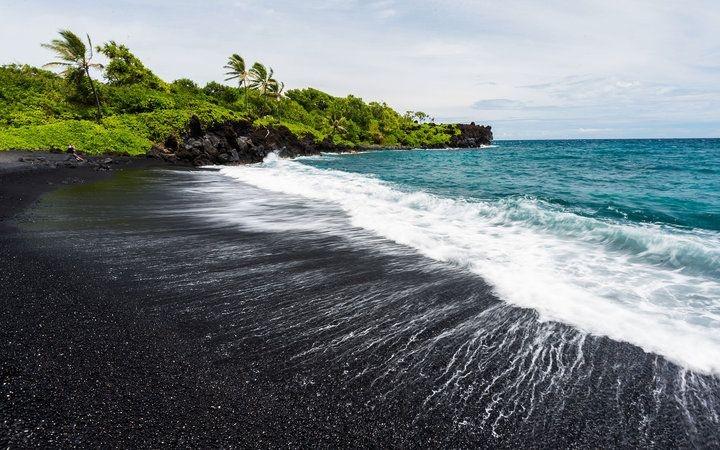 Khám phá các bãi biển cát đen huyền bí trên thế giới
