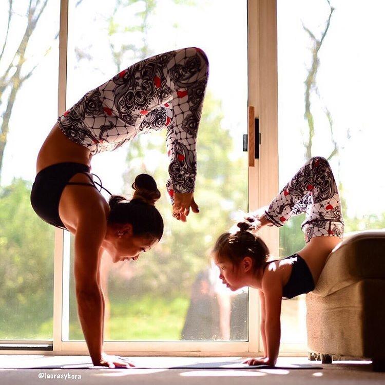 Bo anh tap yoga cung con cua ba me noi tieng tren Instagram hinh anh 1