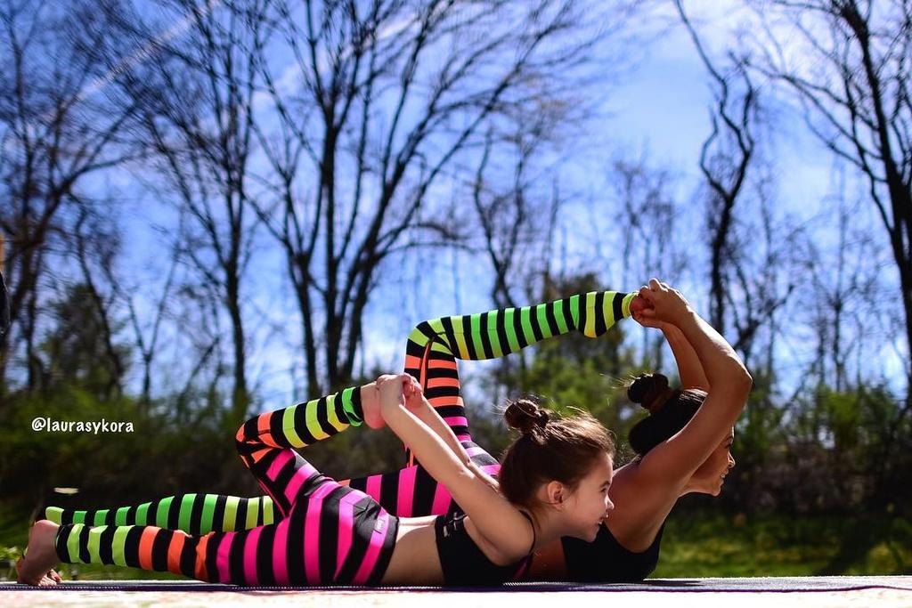 Bo anh tap yoga cung con cua ba me noi tieng tren Instagram hinh anh 2