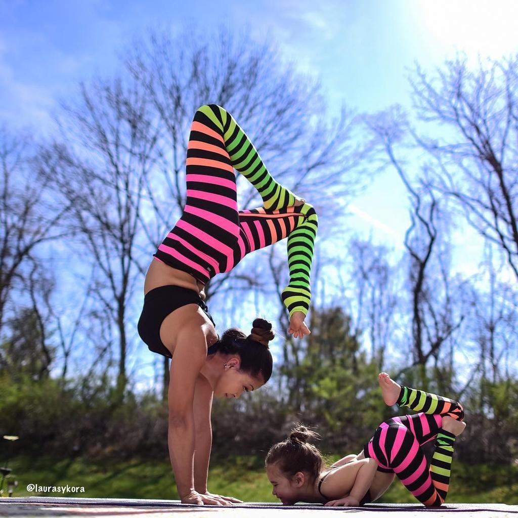 Bo anh tap yoga cung con cua ba me noi tieng tren Instagram hinh anh 4