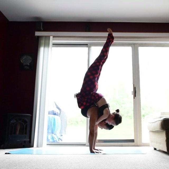 Bo anh tap yoga cung con cua ba me noi tieng tren Instagram hinh anh 5