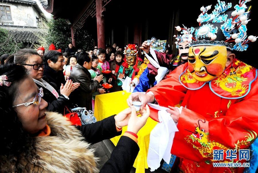 Bien nguoi Trung Quoc chen trong huong khoi de khan Than Tai hinh anh 8
