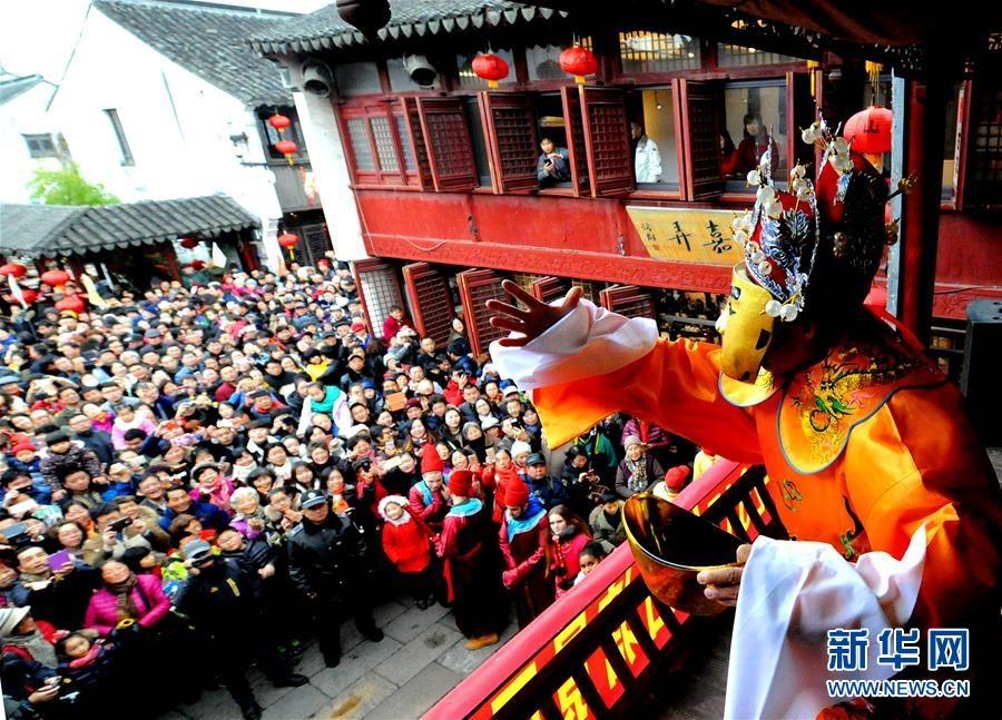 Bien nguoi Trung Quoc chen trong huong khoi de khan Than Tai hinh anh 9