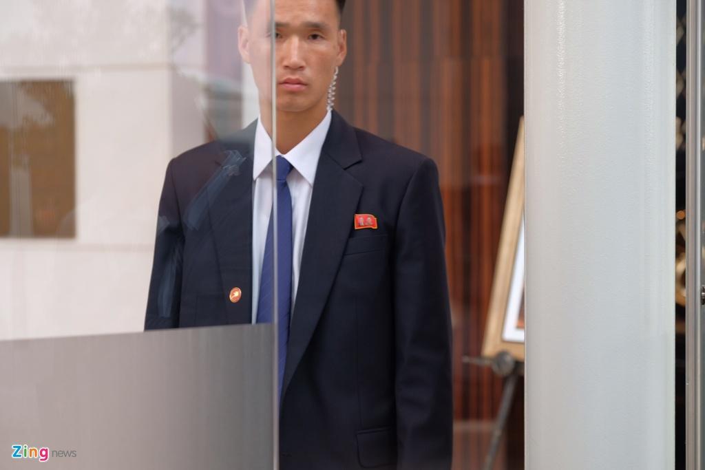 An ninh day dac bao ve khach san noi Kim Jong Un luu tru hinh anh 9