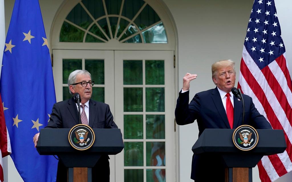 Trump bat ngo doi giong: Hoa diu voi EU, cung ran voi Nga hinh anh 1