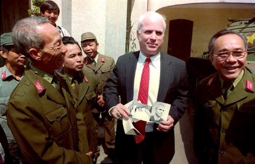 Cuu quan giao Hoa Lo ke ve mot John McCain 'buong binh' hinh anh 2