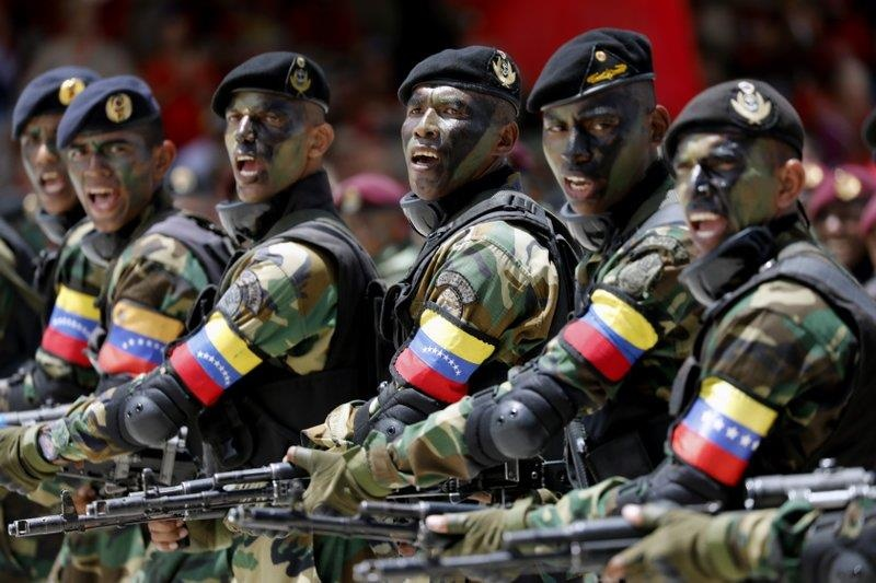 TT Maduro pho truong suc manh quan su trong le mung quoc khanh hinh anh 8