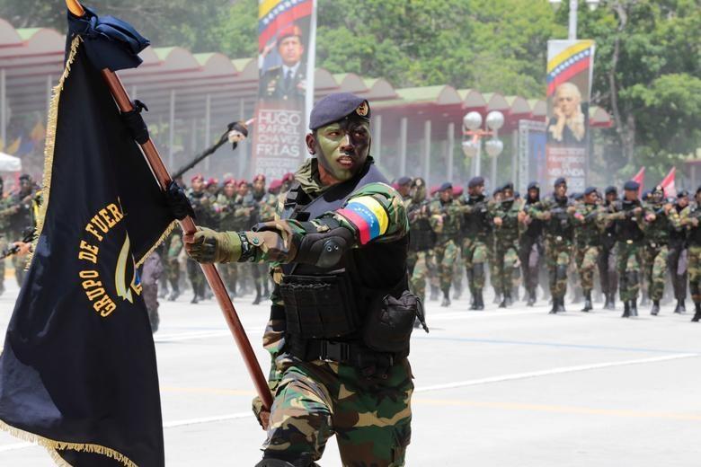 TT Maduro pho truong suc manh quan su trong le mung quoc khanh hinh anh 3