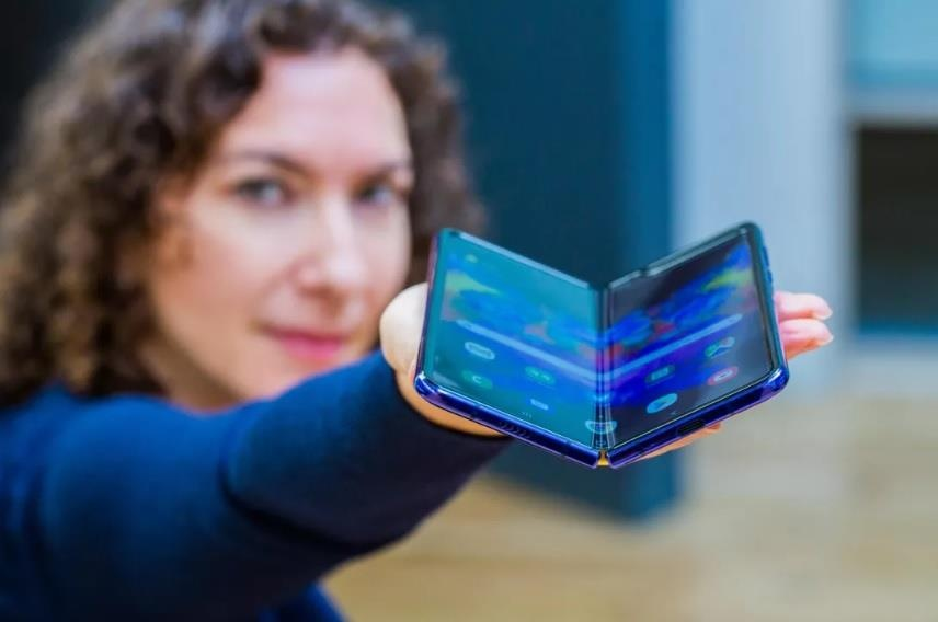 Apple 'cao gia' nhin Samsung, Huawei lam smartphone man hinh gap hinh anh 1