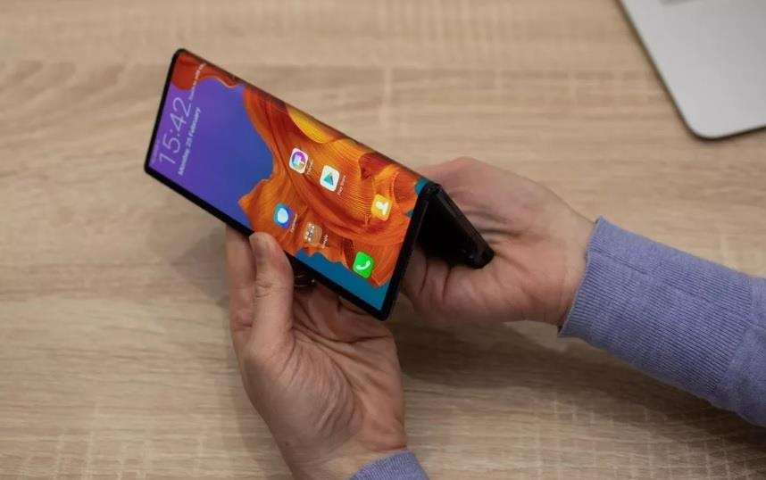 Apple 'cao gia' nhin Samsung, Huawei lam smartphone man hinh gap hinh anh 2