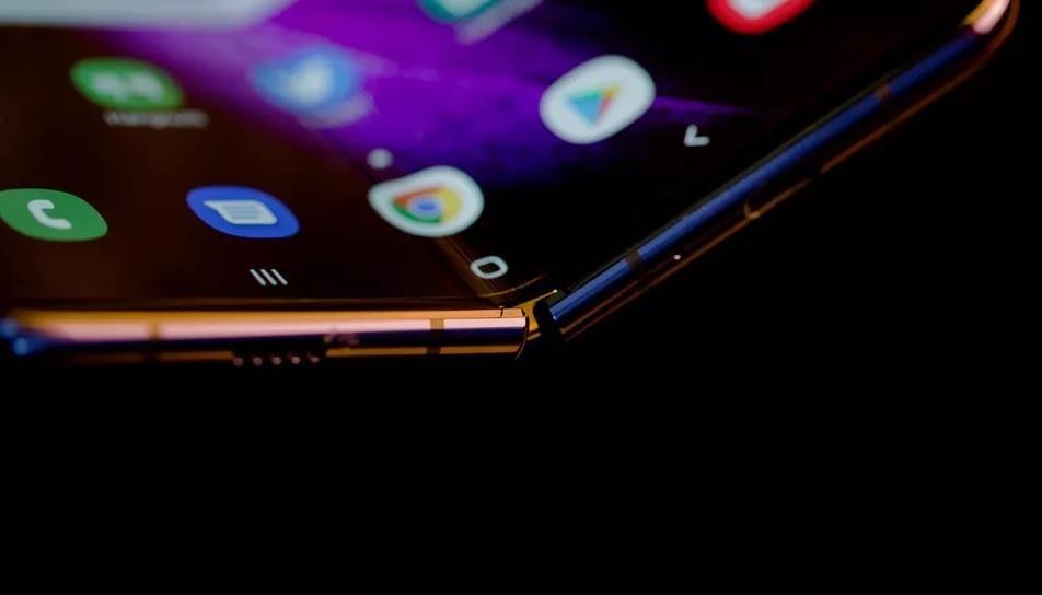 Apple 'cao gia' nhin Samsung, Huawei lam smartphone man hinh gap hinh anh 3