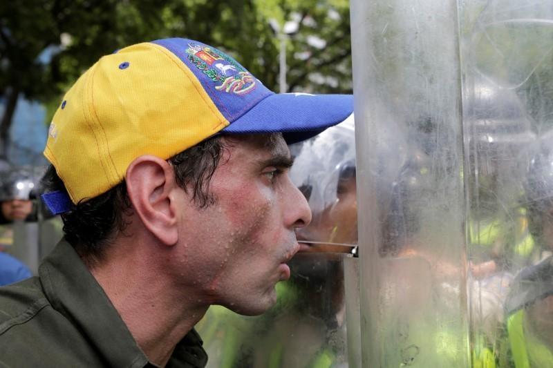Venezuela dung hoi cay dep nguoi bieu tinh vi thieu thuc an hinh anh 5