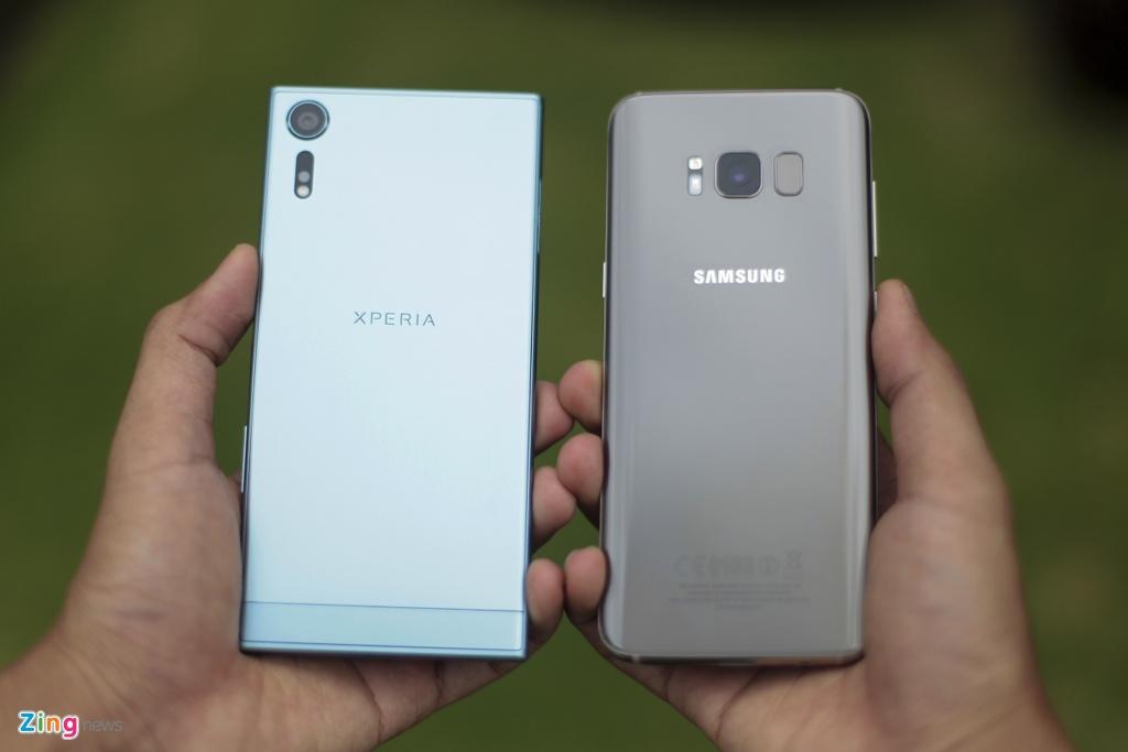 So Xperia XZs voi Galaxy S8: Nguoi bao thu, ke tan thoi hinh anh 1