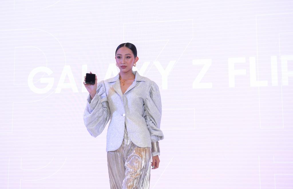 Galaxy Z Flip vua ra mat da len san dien thoi trang tai Viet Nam hinh anh 1 1.jpg