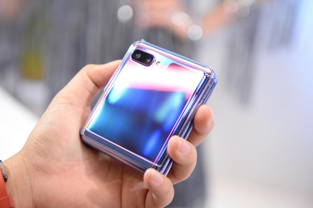 Galaxy Z Flip vua ra mat da len san dien thoi trang tai Viet Nam hinh anh 6 4.2.jpg