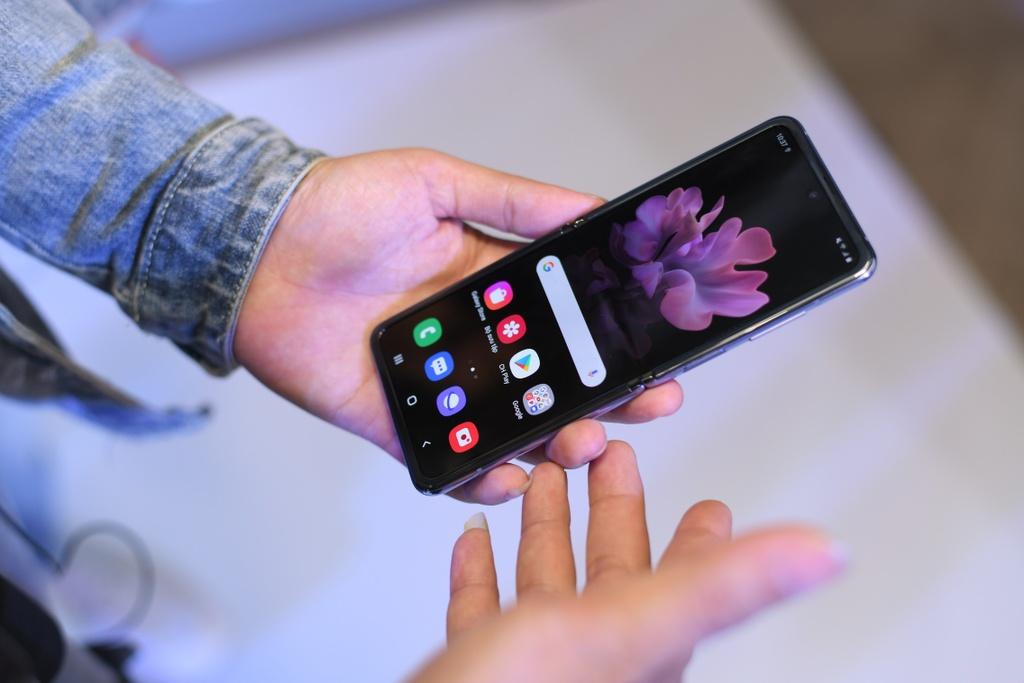 Galaxy Z Flip vua ra mat da len san dien thoi trang tai Viet Nam hinh anh 8 6.jpg