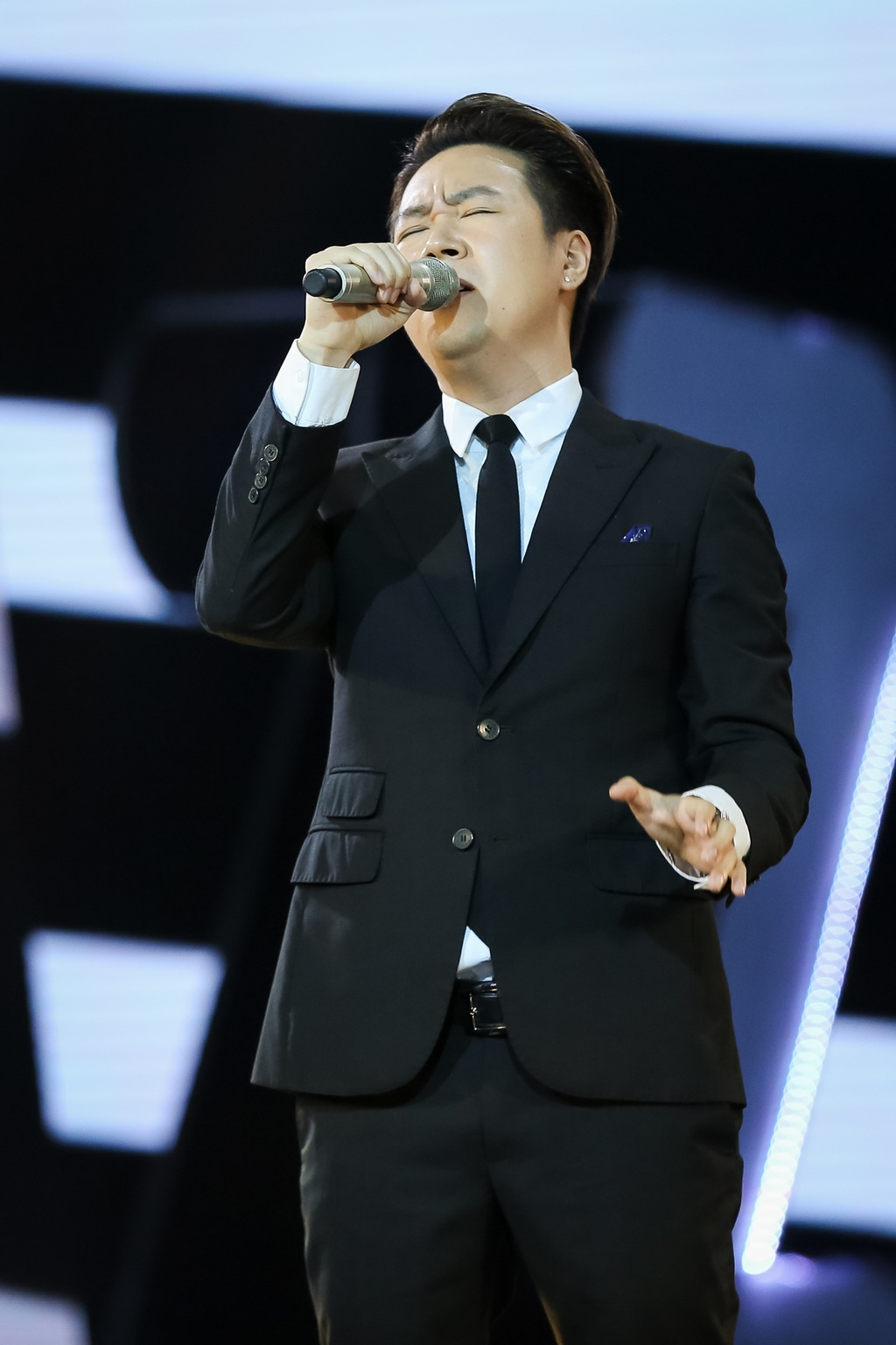 Hang loat hit Vpop duoc tai hien tren san khau le trao giai ZMA 2017 hinh anh 16